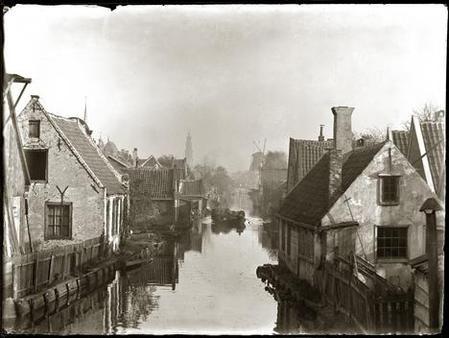 Vijf jaar nadat Olie deze foto nam, werd hier de De Clercqstraat aangelegd. Op de achtergrond de Westertoren en de in 1898 afgebroken molen 'De Victor'